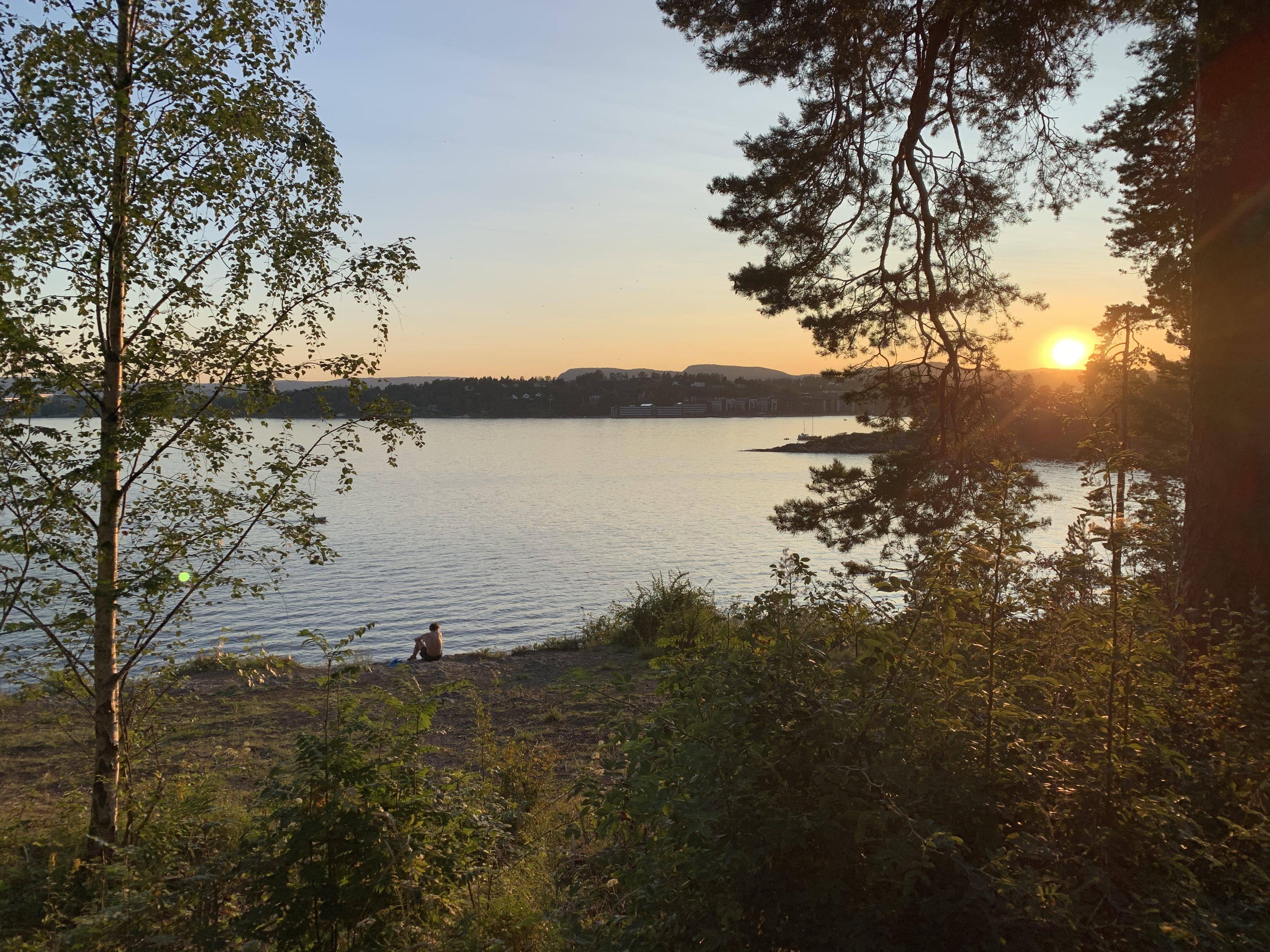 Natur og fjord med solnedgang